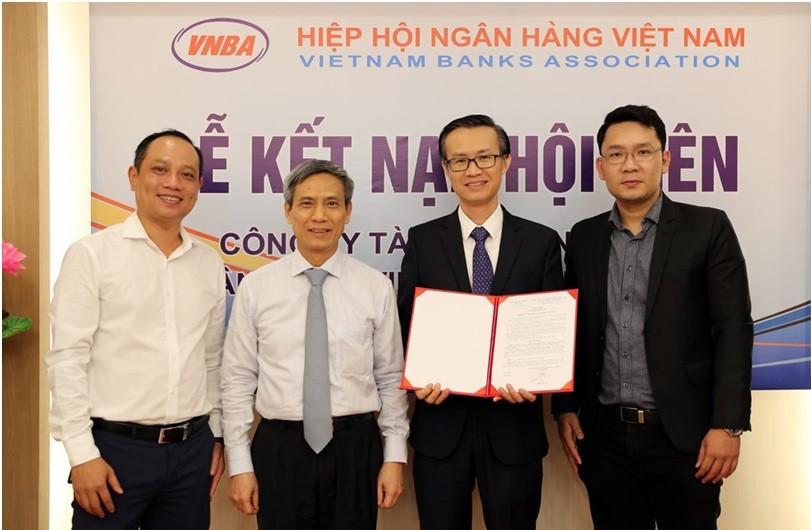 Tổng Thư ký VNBA Nguyễn Toàn Thắng trao quyết định công nhận hội viên chính thức cho FE CREDIT.