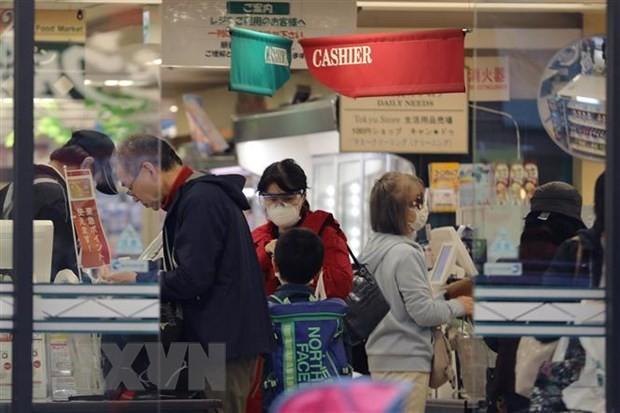 Người dân mua hàng trong siêu thị tại thủ đô Tokyo, Nhật Bản ngày 8/4/2020 trong bối cảnh dịch COVID-19 lan rộng. (Nguồn: THX/TTXVN).