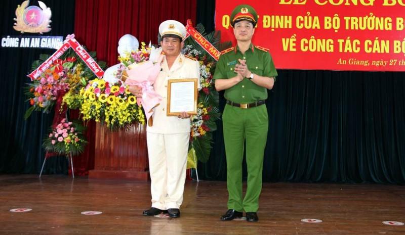 Thứ trưởng Bộ Công an Nguyễn Duy Ngọc trao quyết định của Bộ trưởng Bộ Công an cho Đại tá Đinh Văn Nơi.