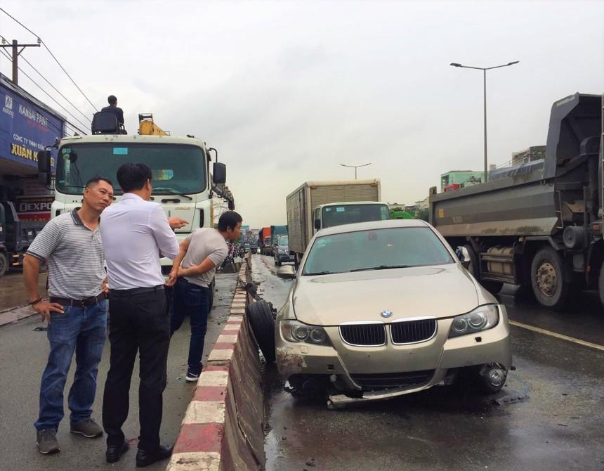 Phần đầu xe hư hỏng sau tai nạn.