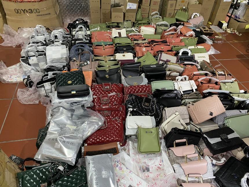 Các mặt hàng tại kho này đều là: giầy dép, kính mắt, đồng hồ, hàng tiêu dùng, mỹ phẩm .... nhập lậu hoặc có dấu hiệu giả mạo các nhãn hiệu nổi tiếng thế giới như LV, Gucci, Chanel, Adidas...