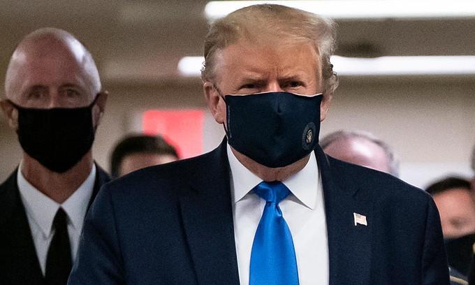 Tổng thống Trump đeo khẩu trang khi thăm Trung tâm Y tế Quân đội Quốc gia Walter Reed ở Bethesda, bang Maryland, ngày 11/7. Ảnh: AFP.