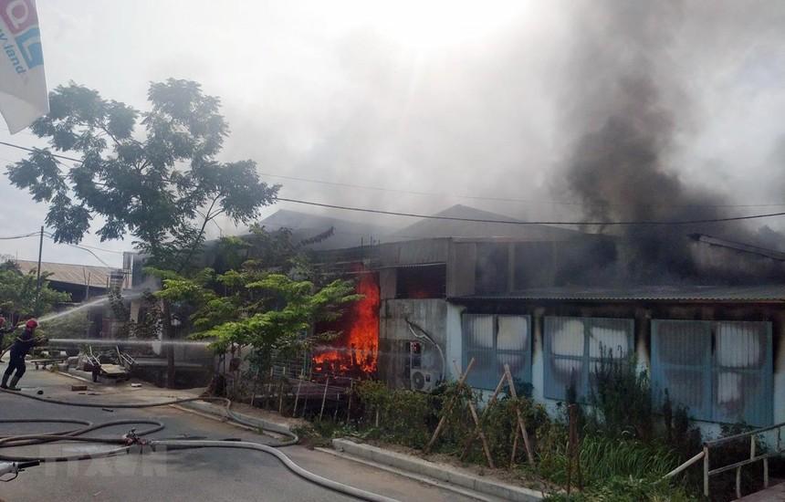 Hiện trường vụ cháy ở xưởng phun sơn đồ gỗ khiến 1 người tử vong và 1 người bị thương. (Ảnh: Thái Hùng/TTXVN).