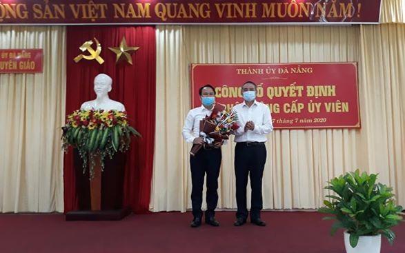 Ông Trương Quang Nghĩa (phải) trao quyết định bổ nhiệm ông Nguyễn Đình Vĩnh.