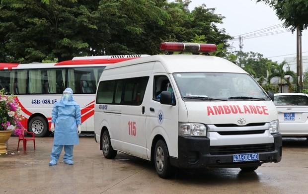 Xe cấp cứu chở bệnh nhân vào bệnh viện dã chiến. (Ảnh: Quốc Dũng/TTXVN).