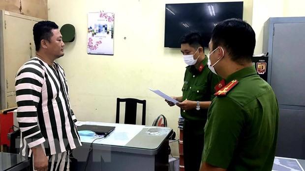 Cơ quan Cảnh sát điều tra Công an Thành phố Hồ Chí Minh tống đạt các quyết định khởi tố và lệnh bắt tạm giam đối với Ngô Minh Danh. (Nguồn: TTXVN).