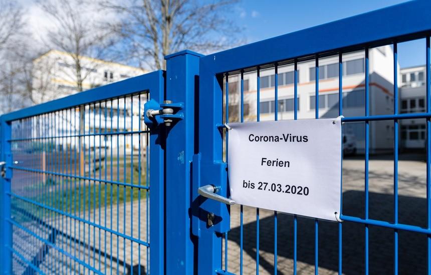 Một trường học phải đóng cửa do dịch COVID-19 tại Halle/Saale, Đức hồi tháng Tư. (Ảnh: AFP/TTXVN).
