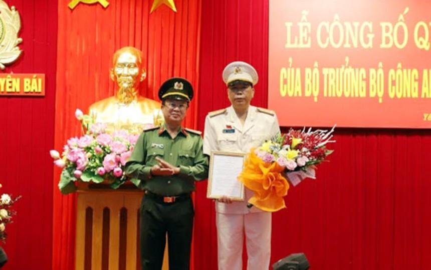 Đại tá Nguyễn Văn Phương, Phó Cục trưởng Cục Tổ chức cán bộ, Bộ Công an trao quyết định điều động, bổ nhiệm Đại tá Đặng Xuân Quỳnh giữ chức Phó Giám đốc Công an tỉnh Yên Bái.