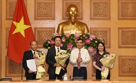Phó Bí thư Đảng ủy, Phó Chủ nhiệm Văn phòng Chính phủ Nguyễn Xuân Thành trao quyết định và chúc mừng các cán bộ được bổ nhiệm chức vụ mới.