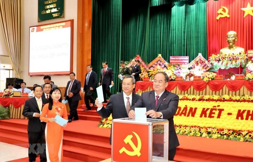 Đại biểu tiến hành bỏ phiếu bầu Bí thư Tỉnh uỷ An Giang nhiệm kỳ 2020-2025. (Ảnh: Thanh Sang/TTXVN).