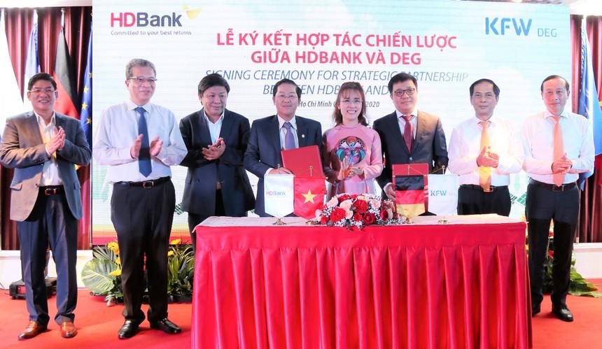 HDBank ký kết hợp đồng phát hành trái phiếu chuyển đổi và hợp tác chiến lược với DEG.