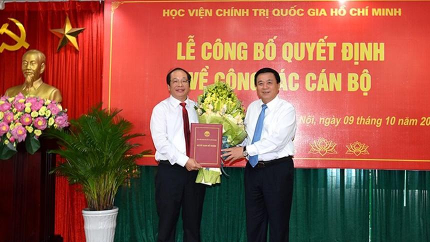 GS.TS Nguyễn Xuân Thắng trao quyết định giao Quyền Giám đốc Học viện Báo chí và Tuyên truyền cho PGS.TS Lưu Văn An.