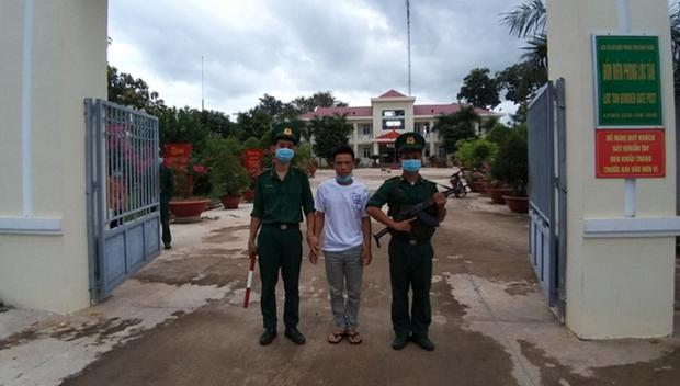 Đối tượng Nguyễn Thanh Tâm đang bị tạm giữ tại đồn Biên phòng Lộc Tấn, huyện Lộc Ninh, tỉnh Bình Phước. (Nguồn: thanhnien.vn).