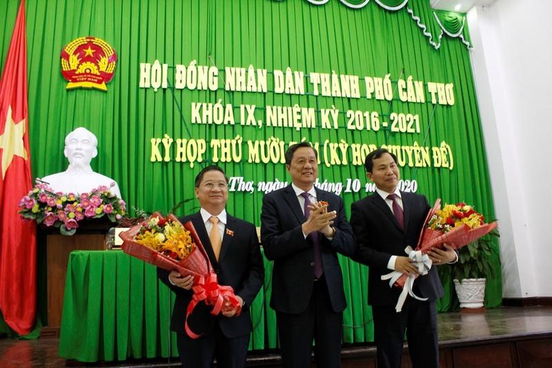 Chủ tịch HĐND TP. Cần Thơ Phạm Văn Hiểu (giữa) tặng hoa chúc mừng các ông Trần Việt Trường (trái) và Lê Quang Mạnh (phải). Ảnh: Pháp luật TPHCM.