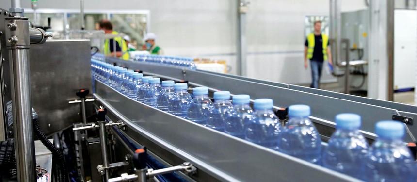 Thị trường nước lọc đóng chai đạt quy mô 161,04 tỷ USD vào năm 2018 và tiếp tục tăng mạnh, dù chất lượng hầu như không hơn nước máy công cộng.