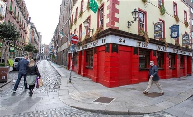 Các cửa hàng đóng cửa do dịch COVID-19 tại Dublin, Ireland ngày 18/9/2020. (Nguồn: AFP/TTXVN).