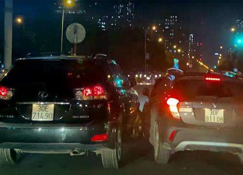 Sau va chạm, 2 ô tô rượt đuổi nhau trên phố Hà Nội