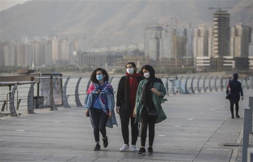 Người dân đeo khẩu trang phòng lây nhiễm Covid-19 tại Tehran, Iran. Ảnh: THX.