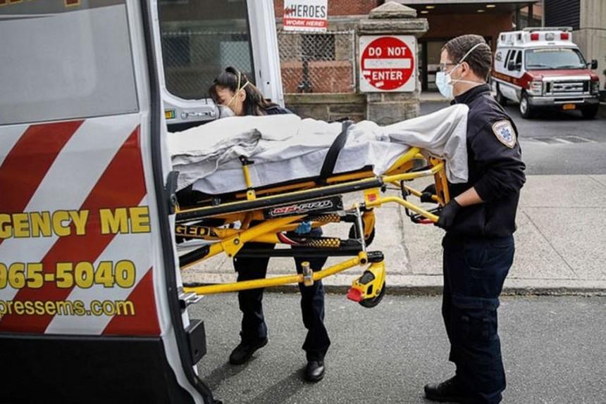 Bệnh nhân Covid-19 trên cáng ở New York, Mỹ. Ảnh: ABC News.