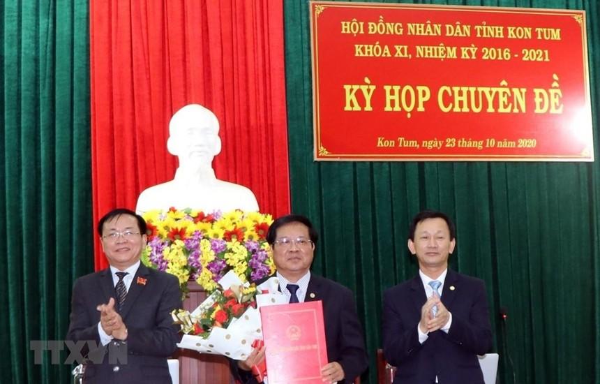 Ông Lê Ngọc Tuấn (giữa), Phó Bí thư Tỉnh ủy, Phó Chủ tịch Thường trực UBND tỉnh được bầu giữ chức Chủ tịch UBND tỉnh Kon Tum. (Ảnh: Cao Nguyên/TTXVN).