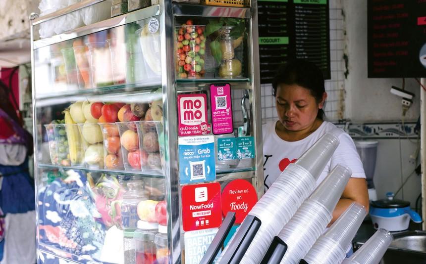 Sự phát triển của dịch vụ tài chính giúp người dân mua sắm thuận tiện hơn.
