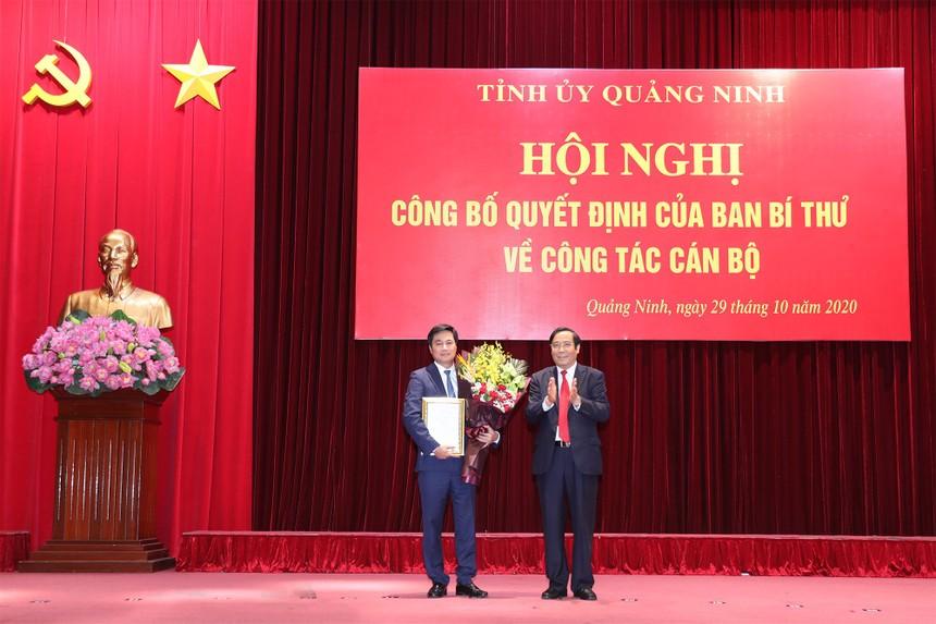 Đồng chí Phạm Thanh Bình, Ủy viên Trung ương Đảng, Phó trưởng Ban Thường trực Ban Tổ chức Trung ương trao quyết định của Ban Bí thư cho đồng chí Nguyễn Tường Văn.