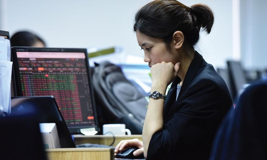 Luật Chứng khoán 2019 cho phép chào bán chứng khoán dưới mệnh giá trong một số trường hợp như thị giá cổ phiếu trên sàn giảm xuống dưới mệnh giá... Ảnh: Dũng Minh.