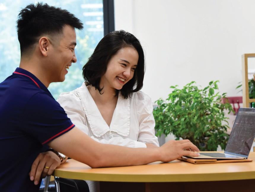 Không ít nhà đầu tư mới lãi cao và nạp thêm tiền vào tài khoản để giao dịch. Ảnh: Dũng Minh