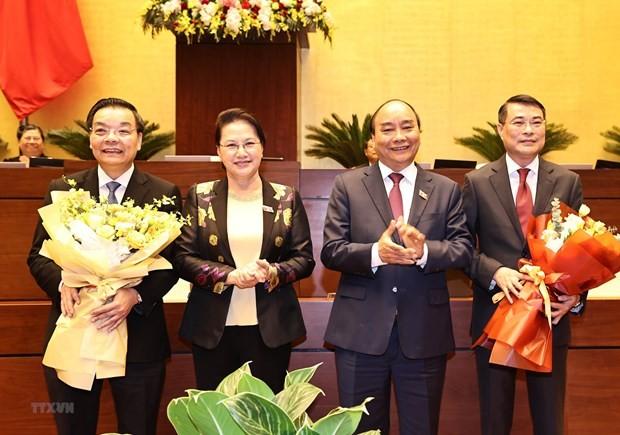 Chủ tịch Quốc hội Nguyễn Thị Kim Ngân và Thủ tướng Nguyễn Xuân Phúc tặng hoa chúc mừng ông Chu Ngọc Anh và ông Lê Minh Hưng đã hoàn thành nhiệm vụ Quốc hội giao và chuyển sang đảm nhiệm vị trí công tác mới. (Ảnh: Trọng Đức/TTXVN).
