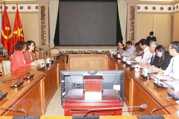 Phó Chủ tịch Ủy ban Nhân dân Thành phố Hồ Chí Minh Võ Văn Hoan làm việc với bà Carolyn Turk, Giám đốc quốc gia Ngân hàng Thế giới tại Việt Nam. (Ảnh: Thanh Vũ/TTXVN).
