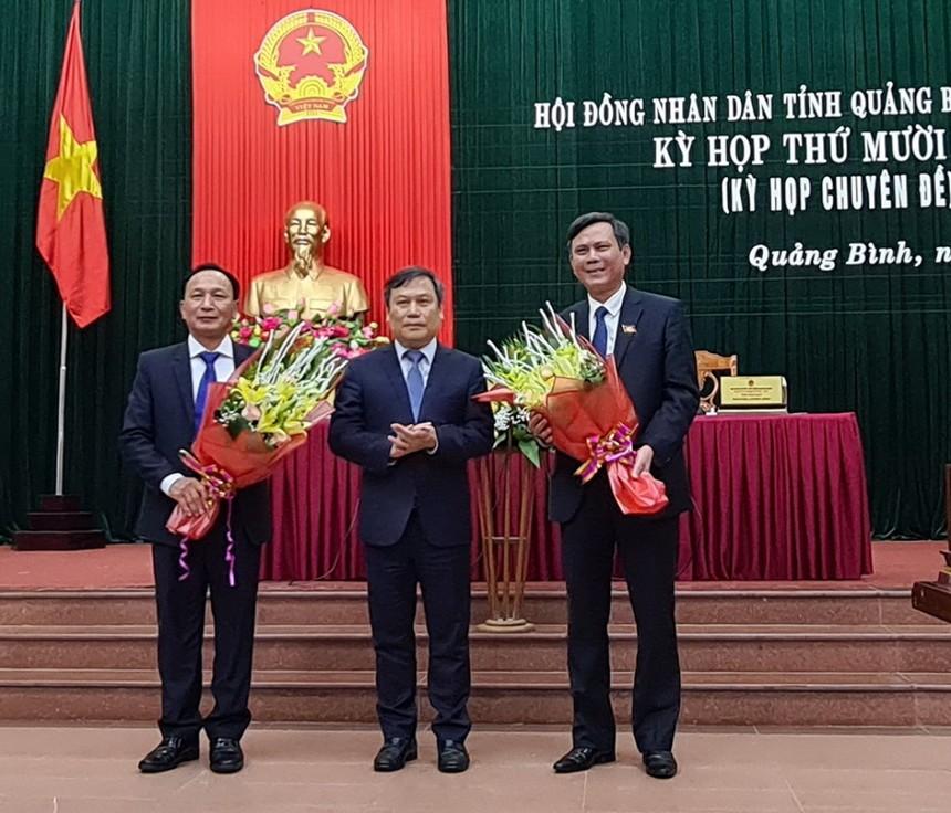 Bí thư Tỉnh ủy Quảng Bình Vũ Đại Thắng (giữa) tặng hoa chúc mừng tân Chủ tịch UBND tỉnh (phải) và tân Chủ tịch HĐND tỉnh Quảng Bình (trái).