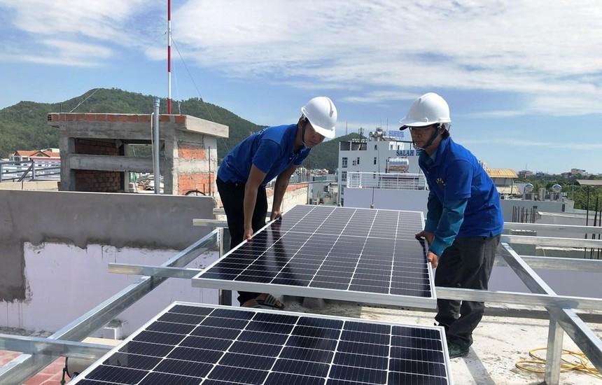 Lắp đặt hệ thống điện măt trời cho hộ dân ở thành phố Quy Nhơn, tỉnh Bình Định. (Ảnh: Nguyên Linh/TTXVN)