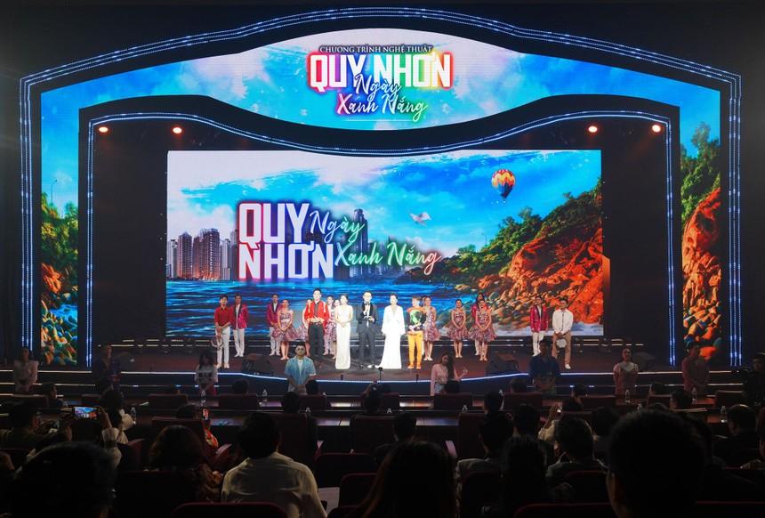 """Sân khấu đậm chất nghệ thuật của đêm nhạc đặc biệt """"Quy Nhơn Ngày Xanh Nắng""""."""