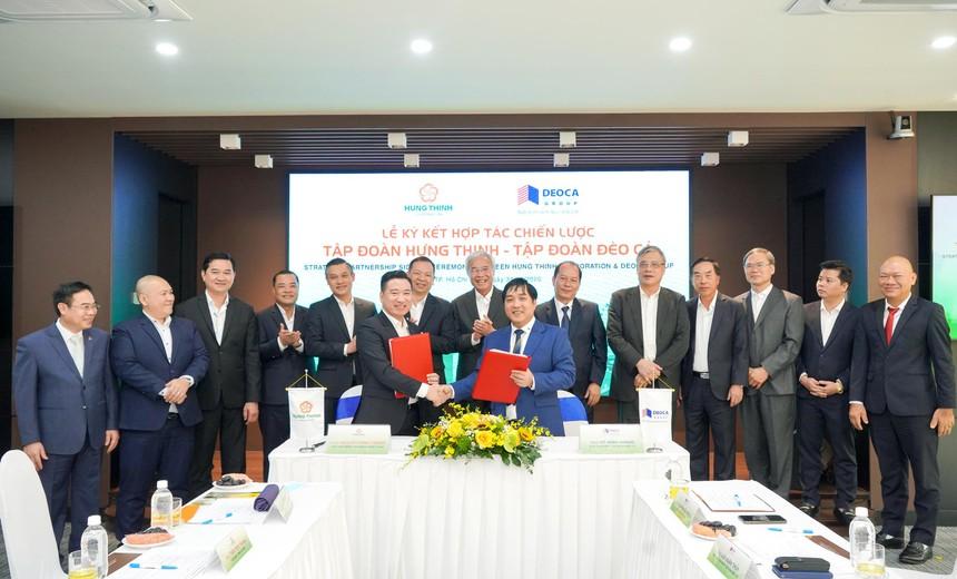 Ông Hồ Minh Hoàng - Chủ tịch HĐQT Tập đoàn Đèo Cả và ông Nguyễn Đình Trung - Chủ tịch Tập đoàn Hưng Thịnh thực hiện nghi thức ký kết hợp tác trước sự chứng kiến của đại diện hai Tập đoàn.