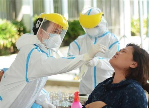 Nhân viên y tế lấy mẫu xét nghiệm COVID-19. (Ảnh: Văn Dũng/TTXVN).