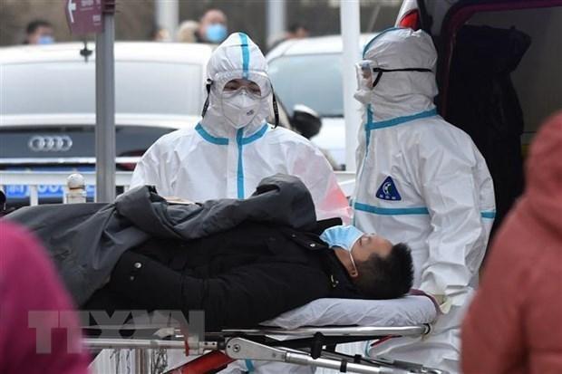 Nhân viên y tế chuyển một bệnh nhân nghi nhiễm COVID-19 tới bệnh viện ở Bắc Kinh, Trung Quốc, ngày 13/1/2021. (Ảnh: AFP/TTXVN).