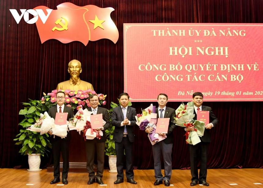 Ông Lương Nguyễn Minh Triết, Phó Bí thư Thường trực Thành ủy Đà Nẵng trao Quyết định và tặng hoa chúc mừng các thành viên được bổ nhiệm giữ chức vụ mới.