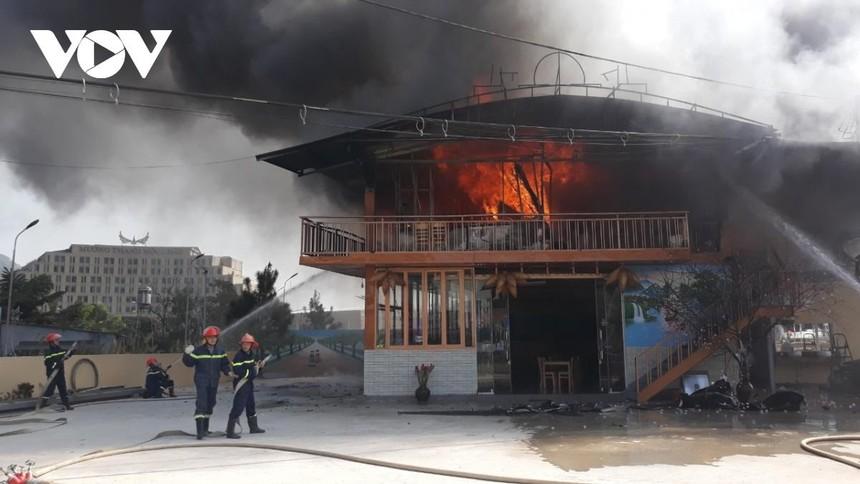 Các lực lượng chức năng triển khai phương án chữa cháy.