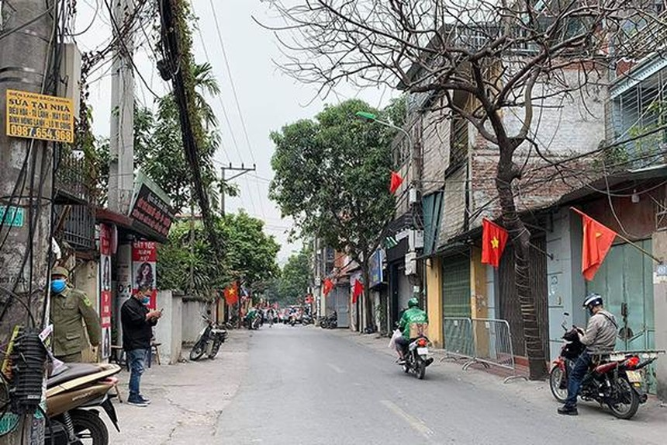 Lực lượng chức năng lập barie cách ly tại phường Xuân Phương, Nam Từ Liêm.