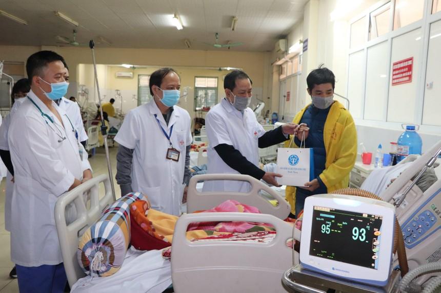 1.300 suất quà đã được trao tận tay đến những bệnh nhân có bảo bảo hiểm y tế có hoàn cảnh khó khăn trong dịp Tết Tân Sửu 2021