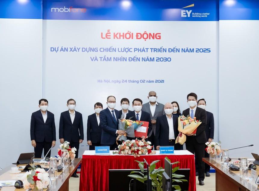 Ban Lãnh đạo MobiFone và EY Việt Nam tại sự kiện Khởi động Dự án tư vấn xây dựng chiến lược phát triển MobiFone giai đoạn 2021 – 2025, tầm nhìn 2030.
