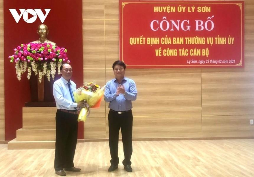Ông Đặng Ngọc Huy, Phó Bí thư Thường trực Tỉnh ủy Quảng Ngãi (phải) trao Quyết định chuẩn y chức danh Bí thư Huyện ủy Lý Sơn Khóa VII, nhiệm kỳ 2020-2025 đối với ông Nguyễn Quốc Việt.
