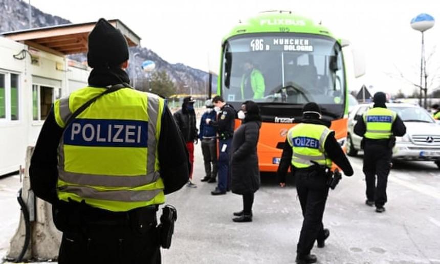 Cảnh sát Đức kiểm tra khu vực biên giới tiếp giáp với vùng Tyrol của Áo. Ảnh: DW.