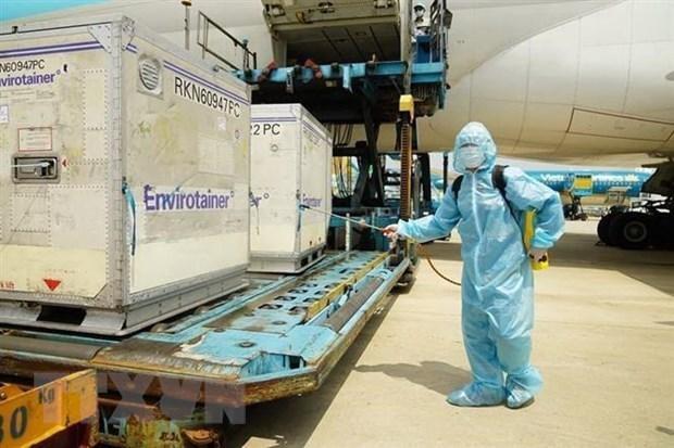 Lô vắcxin COVID-19 đầu tiên của AstraZeneca đã về đến Việt Nam. (Ảnh: TTXVN phát).