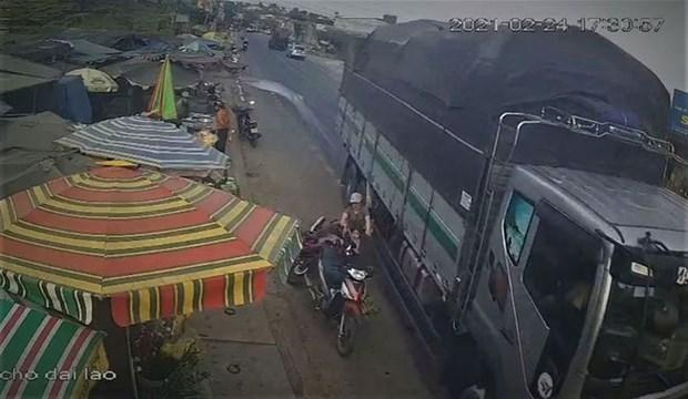 Hình ảnh cắt từ đoạn clip ghi lại vụ tai nạn. (Nguồn: thanhnien.vn).