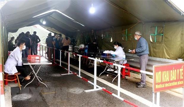 Chốt kiểm soát dịch COVID-19 tại chân cầu Bạch Đằng vẫn thực hiện khai báo đồng thời hai hình thức thủ công và điện tử. (Ảnh: Văn Đức/TTXVN).