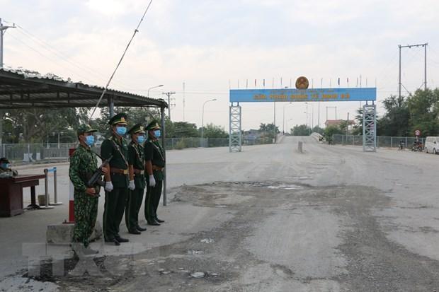 Lực lượng biên phòng tại cửa khẩu Dinh Bà. (Ảnh: Chương Đài/TTXVN).