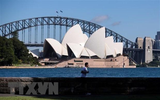Người dân đeo khẩu trang phòng dịch COVID-19 tại Sydney, Australia. (Ảnh: THX/TTXVN).
