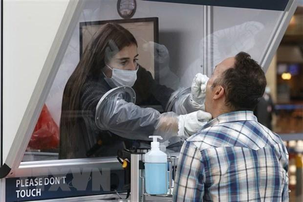 Nhân viên y tế lấy mẫu xét nghiệm COVID-19 cho hành khách tại sân bay quốc tế Ben Gurion ở Lod, Israel. (Ảnh: AFP/TTXVN).