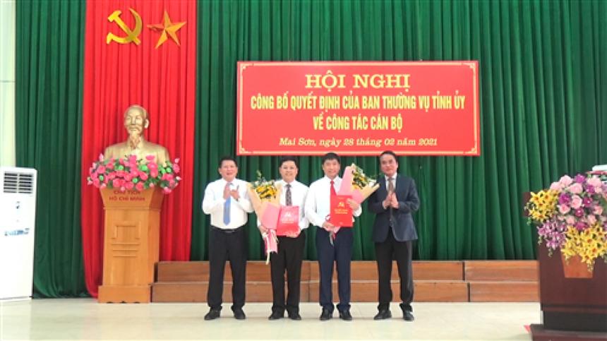 Lãnh đạo tỉnh Sơn La trao quyết định và tặng hoa chúc mừng ông Nguyễn Việt Cường và Trần Đắc Thắng.